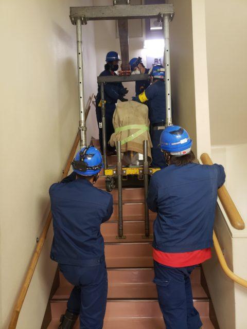 階段荷揚げ作業。
